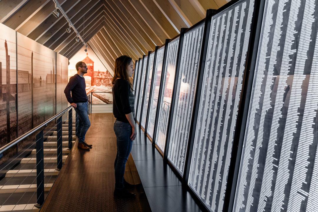 Besucher in der ständigen des Dokumentationszentrums in Heidelberg