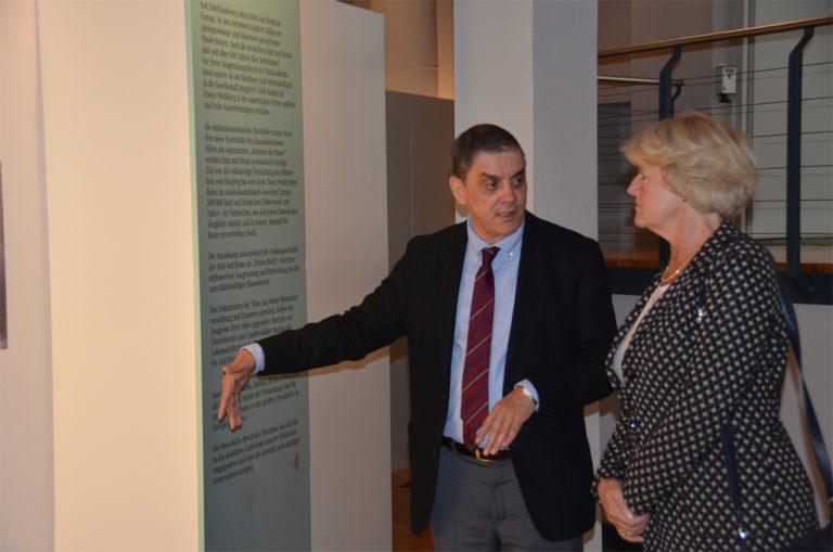 Die Beauftragte der Bundesregierung für Kultur und Medien besucht das Dokumentations- und Kulturzentrum Deutscher Sinti und Roma