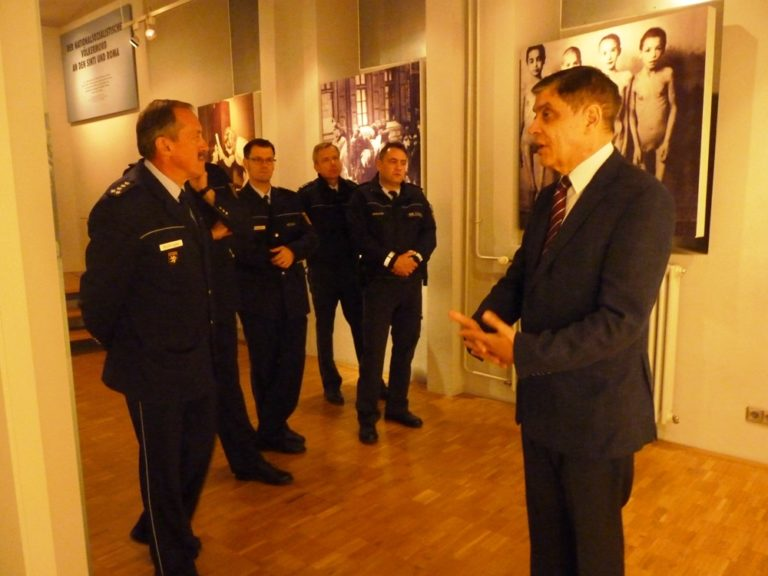 Polizei-Delegation aus Schwetzingen besucht das Dokumentationszentrum